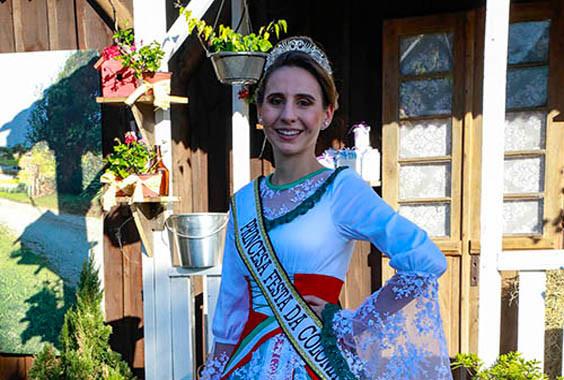 Descubra o que quer dizer trajes da Festa da Colônia